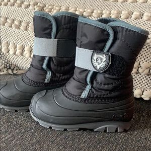 Barely worn toddler boys size 8 black winter boots